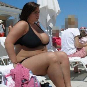 Bikini girl obèse à la plage