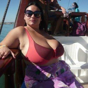 Brune à l'énorme poitrine en bateau