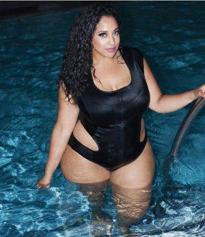 Curvy Babe en maillot à la piscine