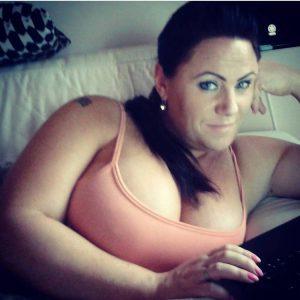 Coquine Sonia, brune à gros seins imposants