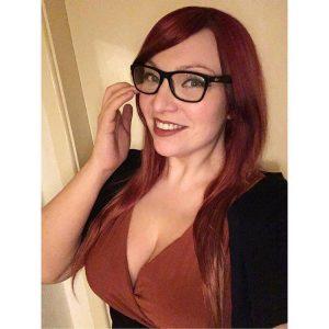 Rousse craquante à lunettes