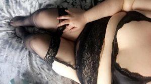 Jeune femme timide collants en porte jarretelles