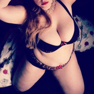 Tentatrice ronde en lingerie affriolante